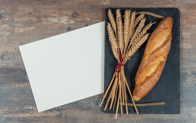 Baguette ou pain français et quelques épis de blé