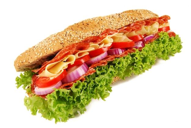 Baguette sandwich sur fond blanc isolé