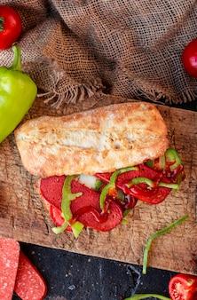 Baguette sandwich avec sucuk et légumes, vue de dessus