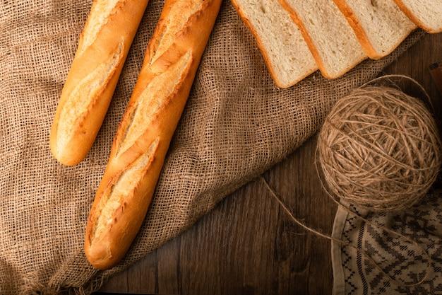 Baguette savoureuse avec des tranches de pain blanc