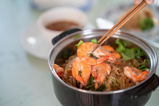Baguette Tenant Des Crevettes Cuites à La Marmite Photo Premium