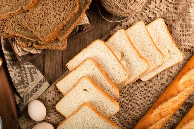 Baguette avec des tranches de pain brun et blanc
