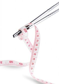Baguettes d'emballage de ruban à mesurer perdre la notion de poids isolée on white
