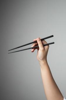 Baguettes à la main asiatique japonais japonais cuisine style traditionnel
