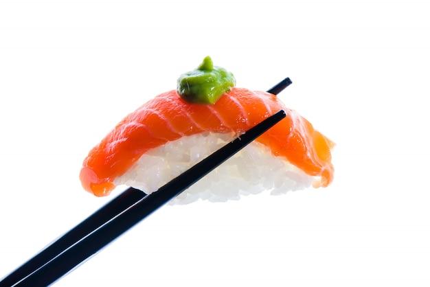 Baguettes avec sushi isolé