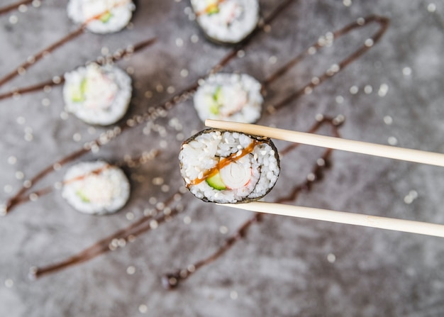 Baguettes, tenue, sushi, rouleau, à, sauce