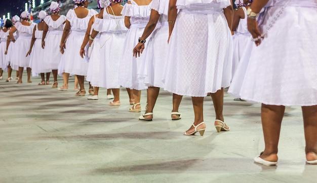 Baianas lors de la répétition d'une célèbre école de samba à rio de janeiro