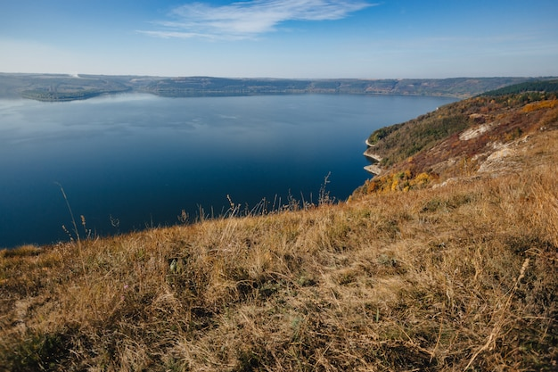 Baie de bakota, ukraine, vue aérienne panoramique sur le dniestr, eau du lac, journée ensoleillée