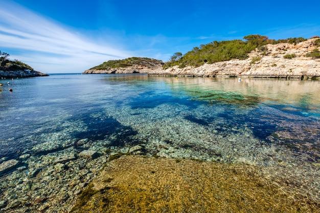 Baie avec une belle eau de mer bleu azur