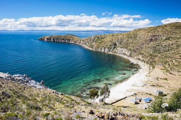 Baie des caraïbes sur l'île du soleil, lac titicaca, bolivie