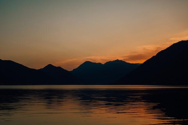 Baie de kotor au coucher du soleil
