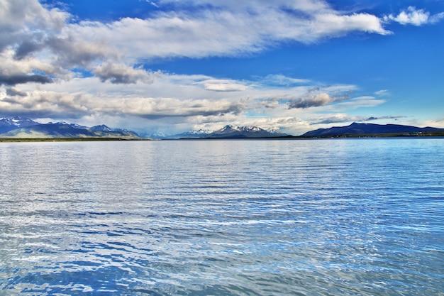 La baie de l'océan pacifique à puerto natales, chili