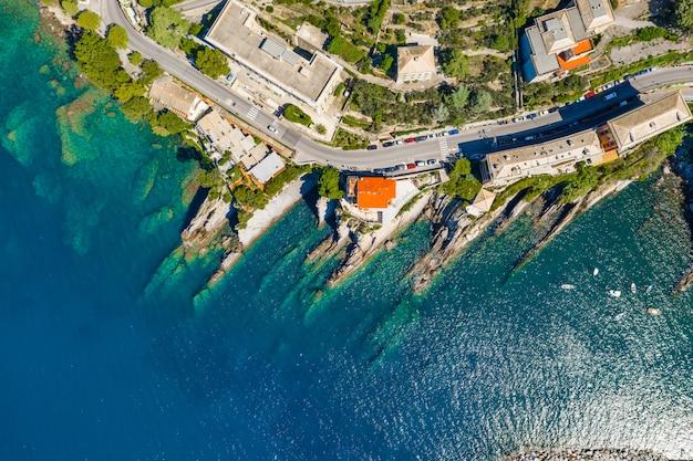 Baie rocheuse en italie. drone aérien vue sur la plage de la mer adriatique, camogli, ligurie.