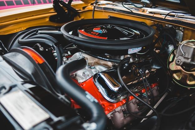 Baie et tuyaux de moteur de voiture