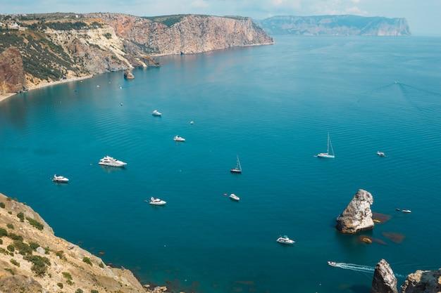 Baie. vue de dessus de la mer avec les navires du cap