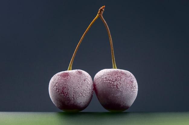 Baies de cerises surgelées. fruits et vitamines. nourriture saine pour le petit déjeuner. fruits de la végétation. dessert aux fruits
