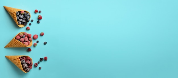 Baies congelées - fraises, myrtilles, mûres, framboises dans des cornets de gaufres