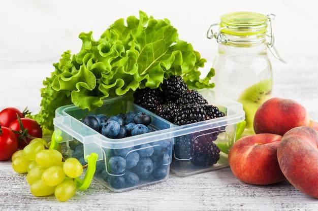 Baies dans une boîte à lunch et fruits