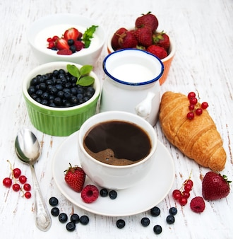 Baies fraîches, café et croissant