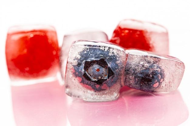 Baies fraîches congelées dans des glaçons pour boissons