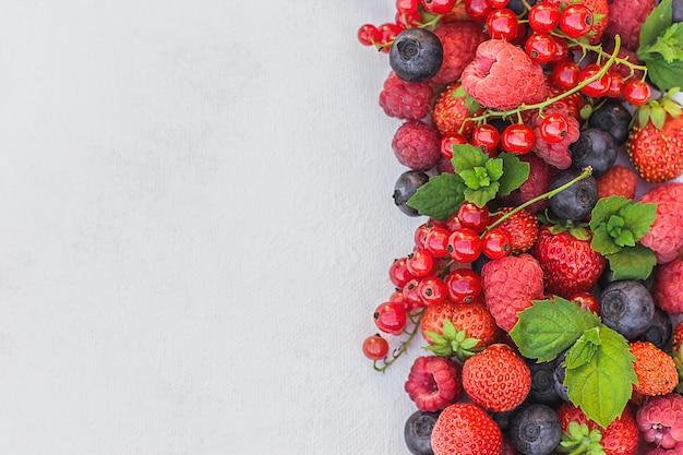 Baies Fraîches. Fraises, Framboises Et Myrtilles Sur Fond Blanc, Récolte D'été, Baies Et Superaliments Photo Premium