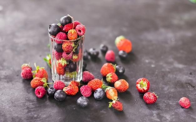Baies fraîches fraises framboises et myrtilles sur fond sombre baies de récolte d'été un...