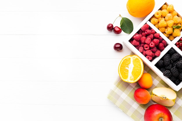 Baies fraîches à plat et fruits avec espace de copie