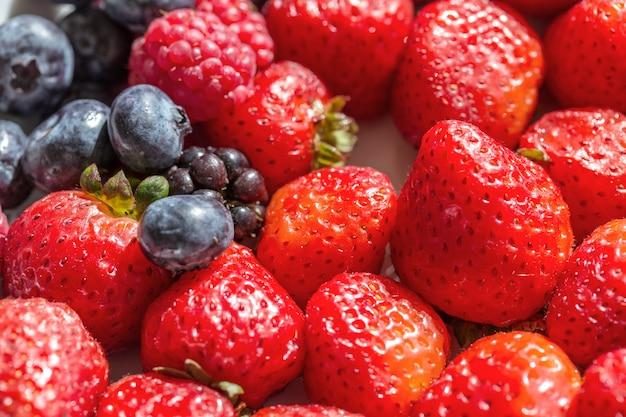 Baies de fraises et de bleuets pour le petit déjeuner. fermer.