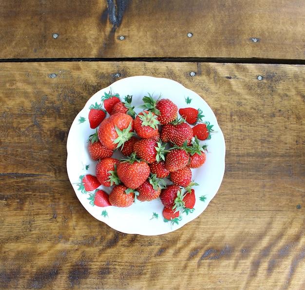 Baies de fraises dans une assiette