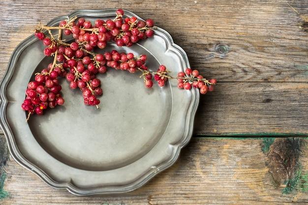 Baies de goji sur assiette vintage