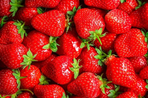 Baies mûres et juteuses aux fraises