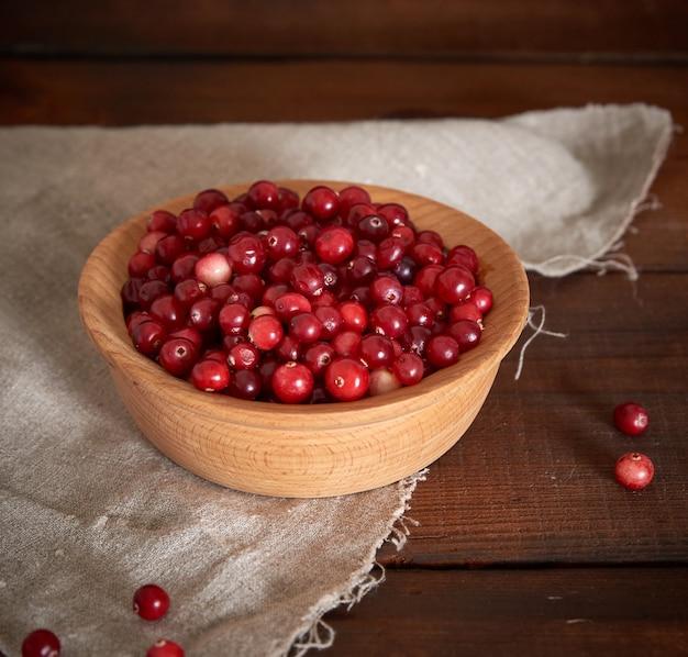 Baies rouges de baies mûres dans un bol en bois