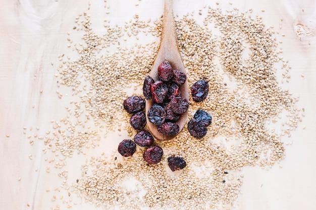 Baies séchées et graines de sésame