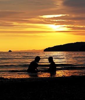 Baigneurs au coucher du soleil