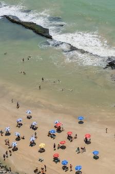 Baigneurs de plage de boa viagem et parasols colorés recife pernambuco brésil le 27 septembre 2008