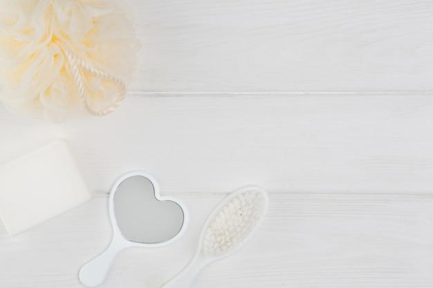 Baignoire bébé sur fond de bois blanc.