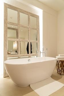 Baignoire dans la salle de bain de l'hôtel de luxe