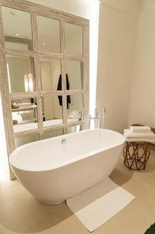 Baignoire dans la salle de bains de l'hôtel de luxe