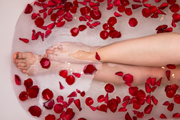Bain de saint valentin romantique avec pétails de rose, spa à domicile, soins de luxe