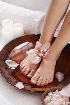 Bain de sel pour les jambes féminines. concept de spa