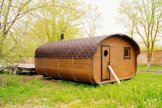 Le bain-tonneau est un bâtiment compact et léger qui peut être déplacé sur une remorque.