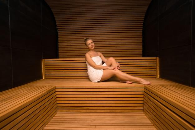 Bain de vapeur femme sauna relax
