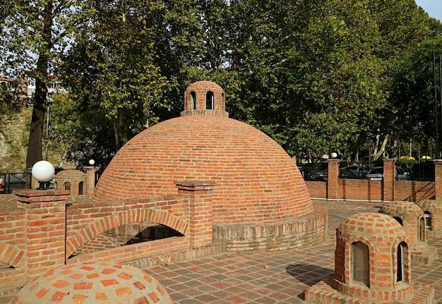 Bains de soufre médiévaux dans le quartier d'abanotubani, vieille ville de tbilissi en géorgie