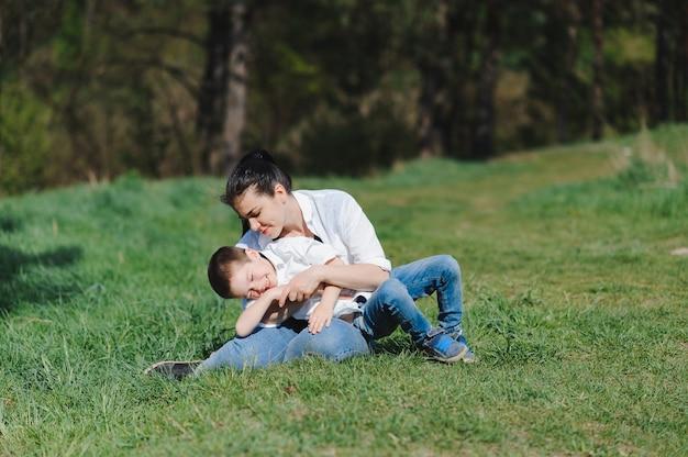 Baiser et câlins de maman et fils
