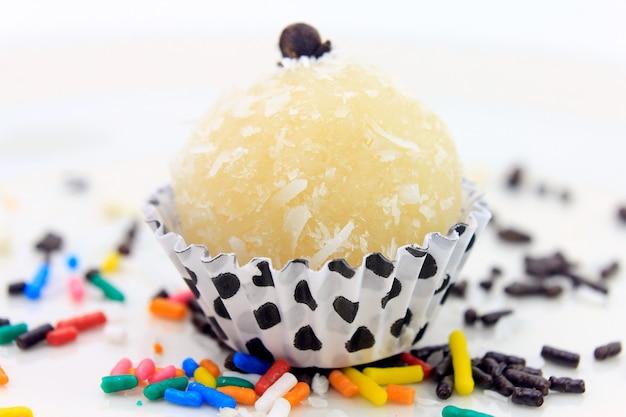 Baiser à la noix de coco (beijinho de coco) - cuisine brésilienne typique sucrée isolée sur fond blanc