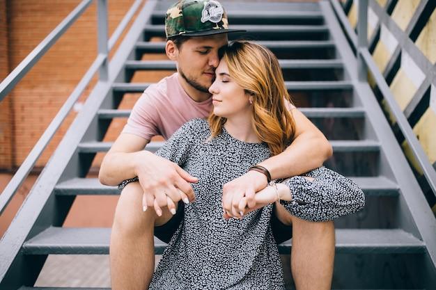 Baiser romantique de deux amoureux dans la ville / jeune couple heureux