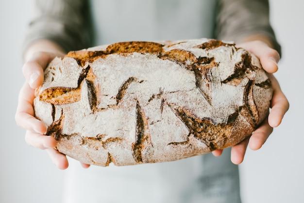 Baker ou chef tenant du pain frais