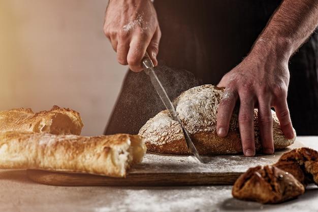 Baker avec du pain juste hors du four
