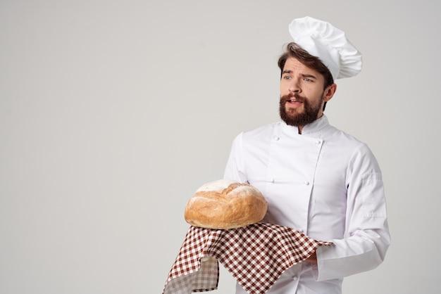 Baker avec du pain à la main fond isolé. photo de haute qualité