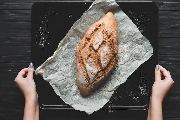 Baker faisant pain de pain sain